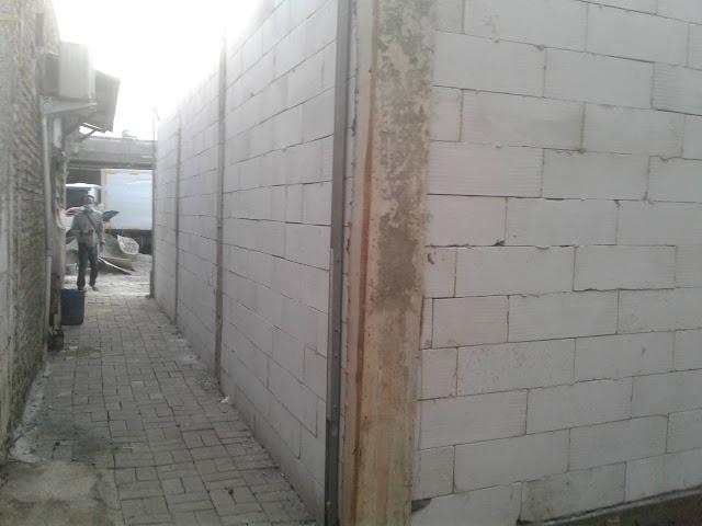 Tutup Akses Jalan Proyek Pabrik Kacang Umpet Diprotes Warga, Foto Istimewa korantangsel.com