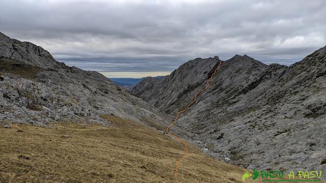 Vista del camino que seguimos desde los Gurbiñales hasta el Refugio de Vegarredonda