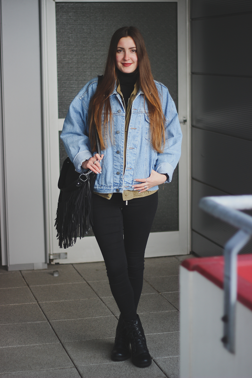 outfit black skinny jeans with turtleneck und oversized jeans jacket