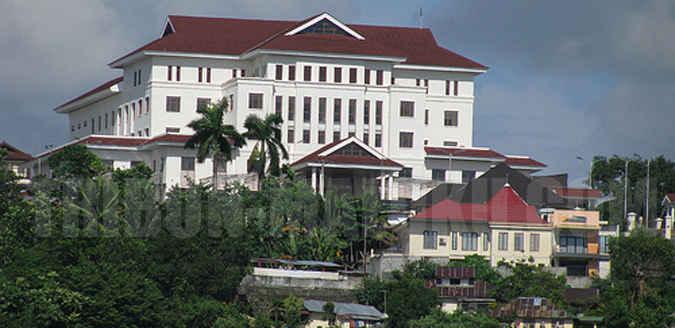 Komisi A DPRD Maluku menunda rapat kerja untuk upaya pembebasan lahan Rumah Sakit Umum Daerah (RSUD) dr. M. Haulussy Ambon antara keluarga Johanes Tisera selaku pemilik lahan dengan pemerintah provinsi.
