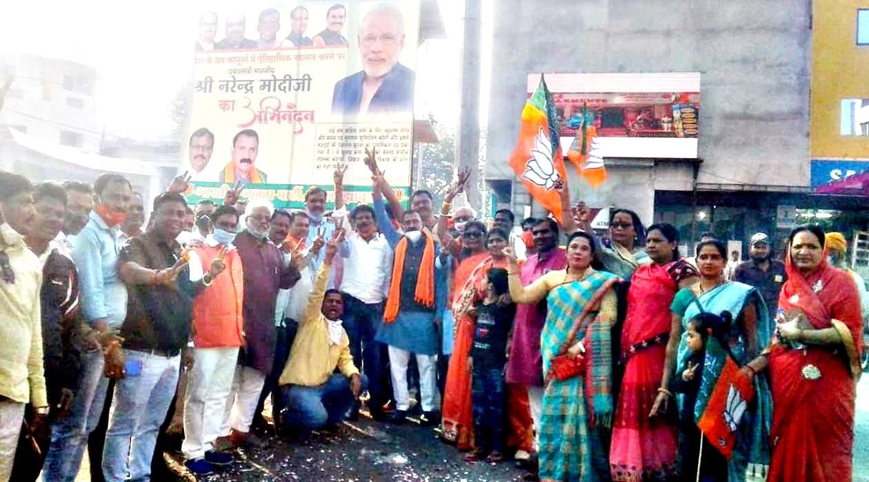Jhabua News- मप्र, बिहार और गुजरात में प्रचंड जीत पर जिला भाजपा ने जिलेभर में आतिशबाजी कर मनाया जश्न
