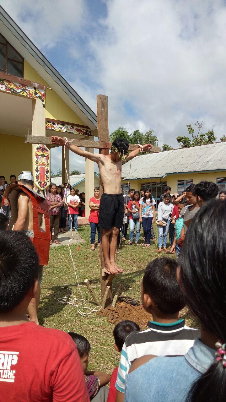 Foto 5: Jumat Agung Gereja Santo Theodorus Kecamatan Nanga Mahap (Yuliani).