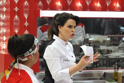Chef Danielle Dahoui em ação. Crédito: Gabriel Gabe/SBT