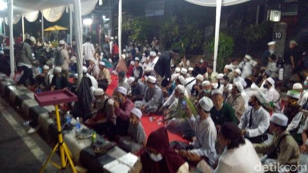 Dipadati Massa, Begini Suasana Maulid Nabi di Kediaman Habib Rizieq Malam Ini