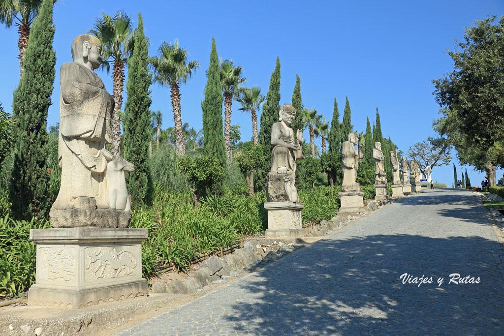 paseo con budas a los lados de Buddha Eden, Portugal