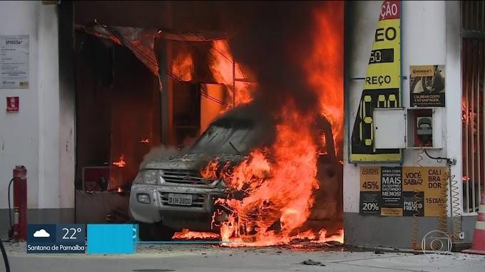 Carro pega fogo ao lado de caminhão-tanque em SP