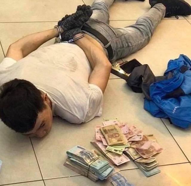 Khoét trần, đu dây trộm tiền của cửa hàng như phim hành động