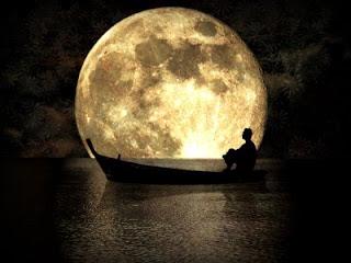 Marinero en su botecito bajo la luna llena