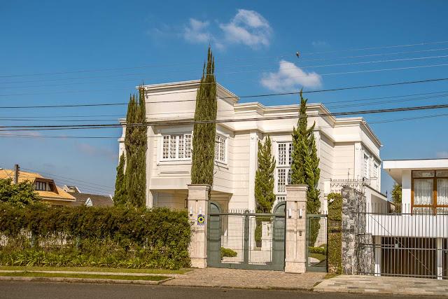 Uma bela casa com ciprestes
