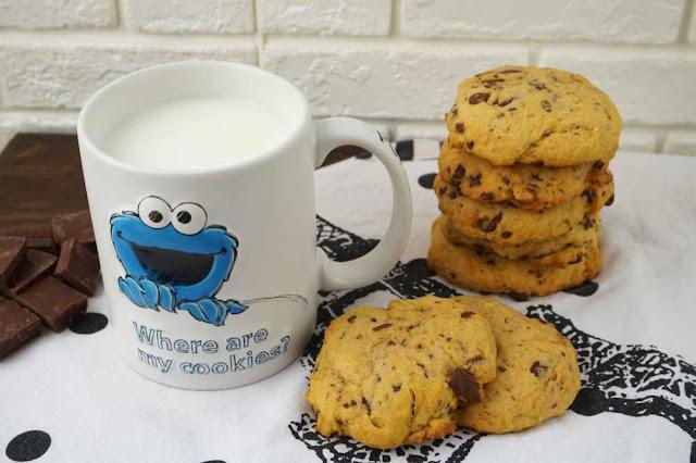 cookies con chocolate, nueces y calabaza con taza de leche