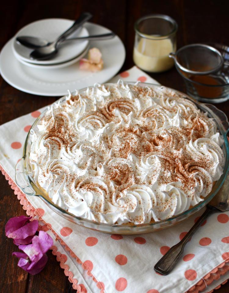 Torta tres leches con menos azúcar decorada con merengue y canela