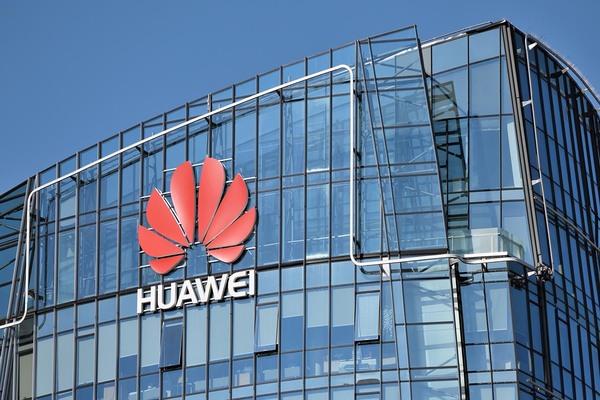 رغم العراقيل.. هواوي تصبح أكبر مصنع للهواتف الذكية في العالم