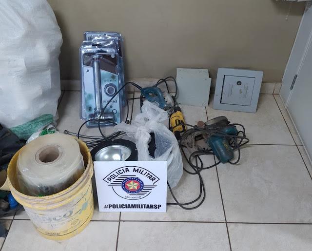 Homem tenta furtar TV e objetos decorativos de motel, mas camareiras percebem e ele acaba Preso pela Polícia Militar