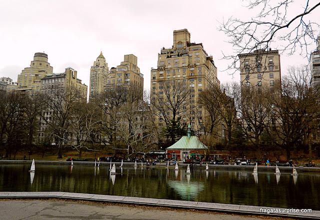Lago artificial Conservatory Water e a Kerbs Memorial Boathouse, no Central Park, Nova York