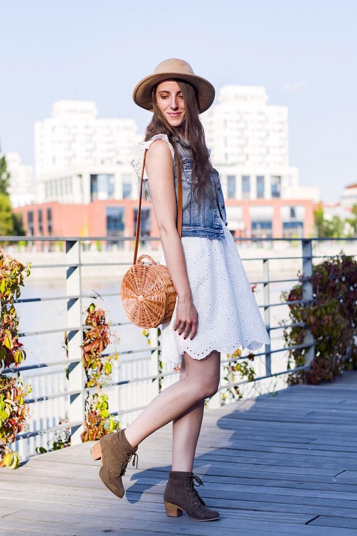 Na dwa sposoby: biała sukienka w stylizacji boho