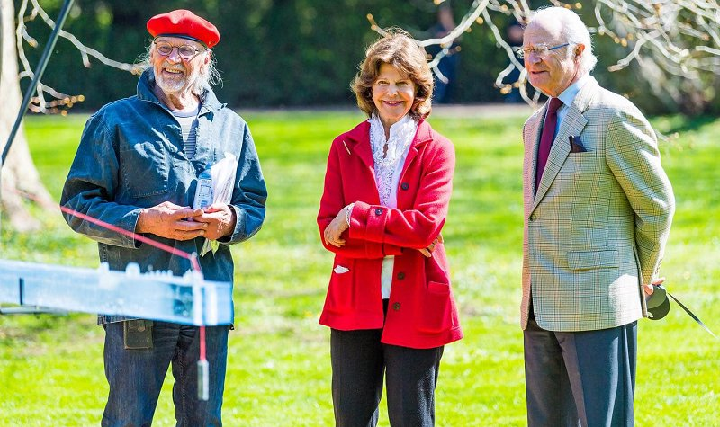 Queen Silvia wore a red jacket and white ruffled blouse from Newhouse, black trousers