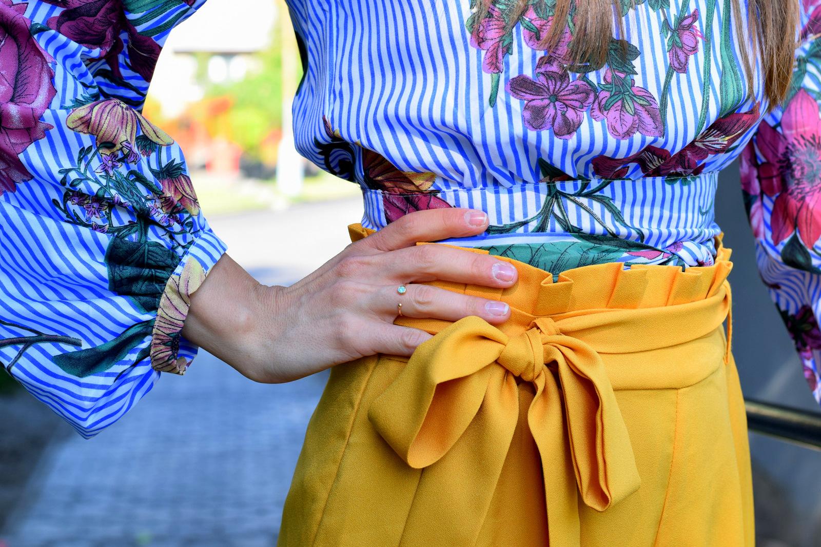 žlté palazzo nohavice s kvetovanou blúzkou