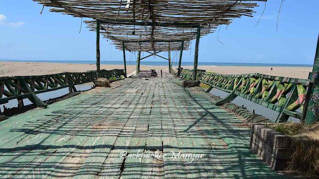 Jembatan kayu di pantai Kayu Putih Bali