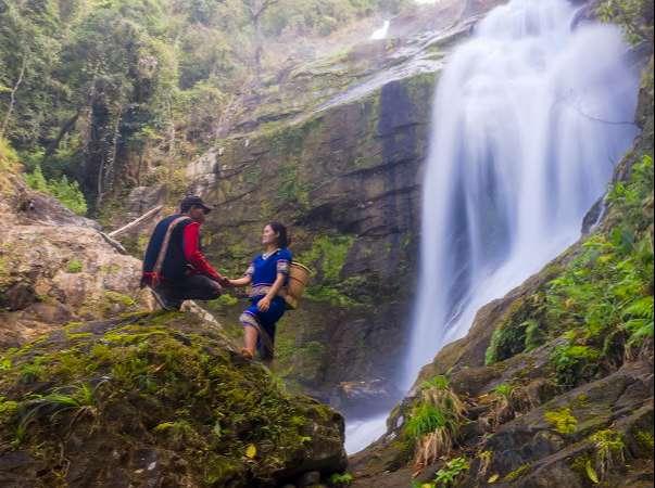 Thác Siu Puông nằm ở lưng chừng dãy núi Văn Peo