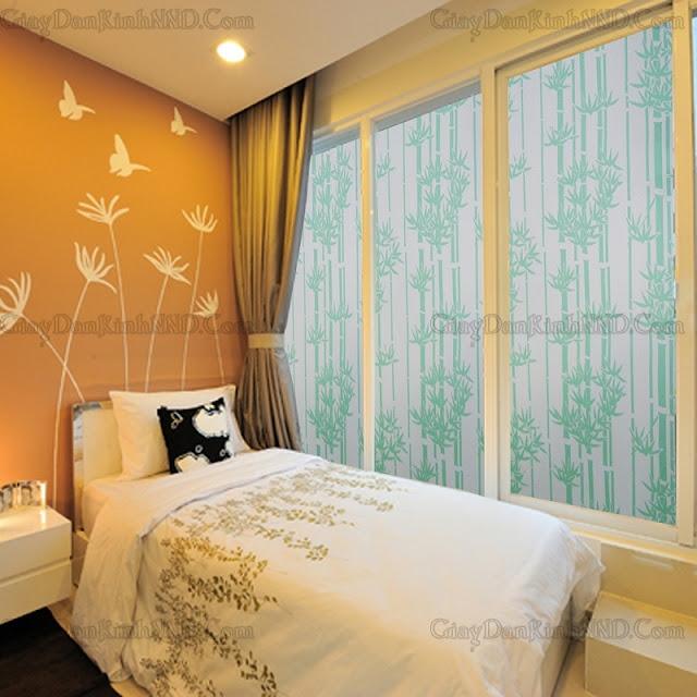 Trang trí phòng khách bằng decal dán kính họa tiết hoa lá cành