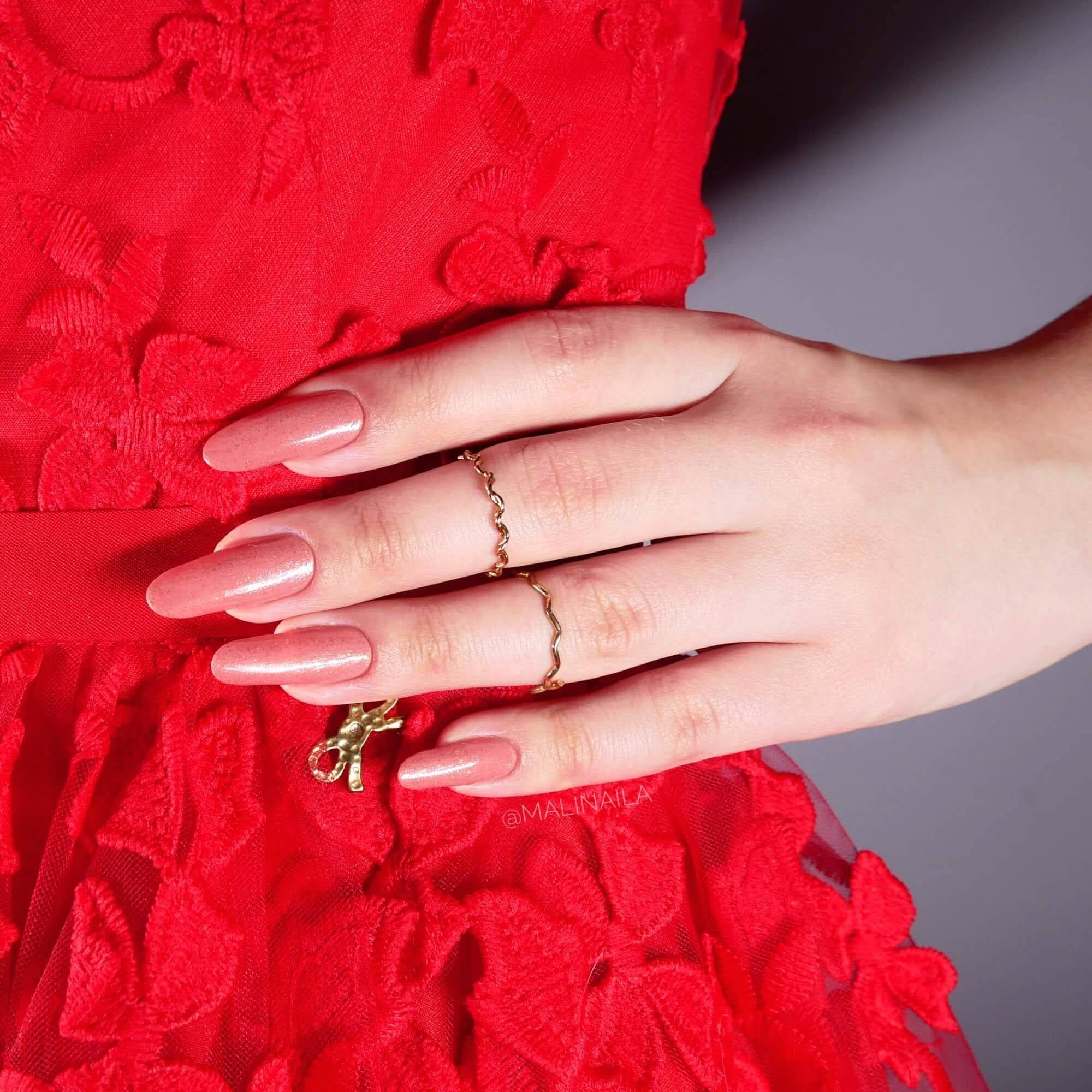 Paznokcie do czerwonej sukienki - jaki kolor wybrać?