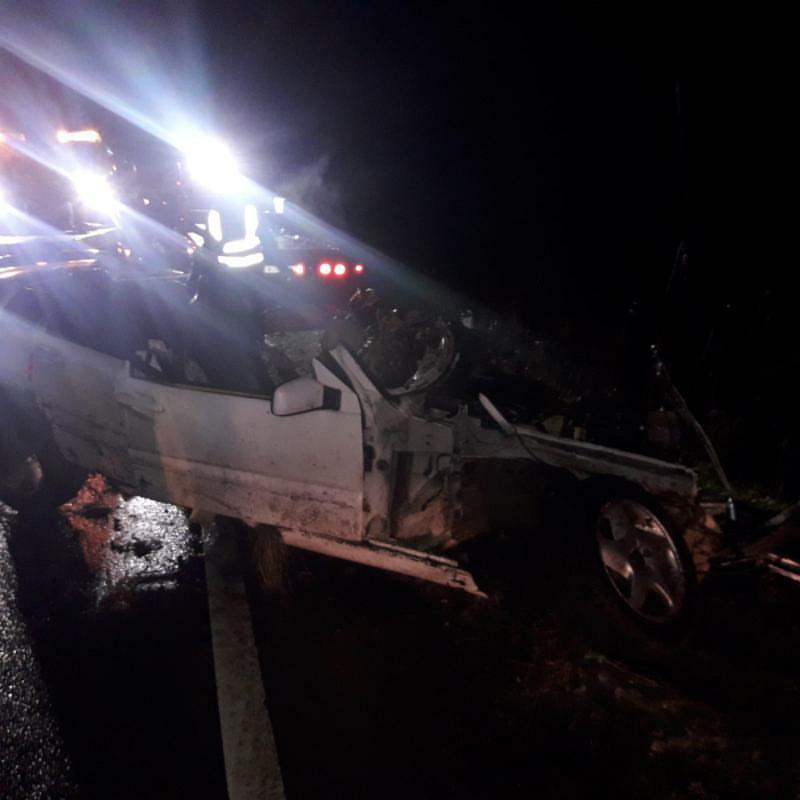 Avārijā cietušai automašīnai nogriezts jumts