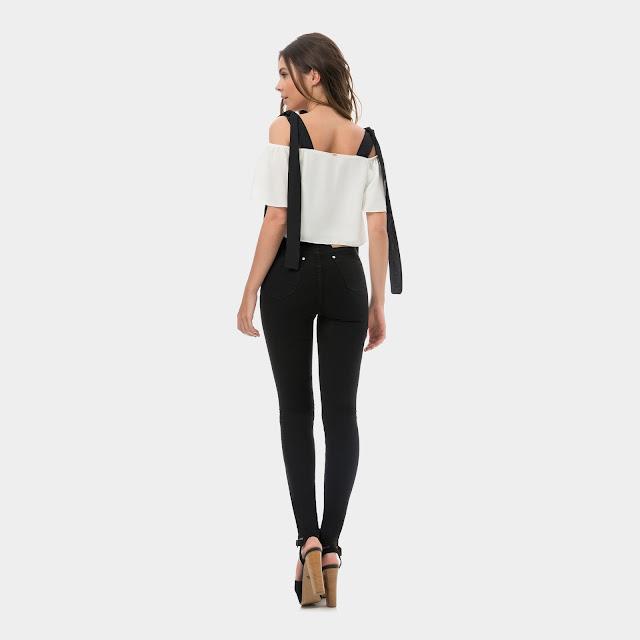 Com black denim e sandália minimalista, você compõe um look incrível