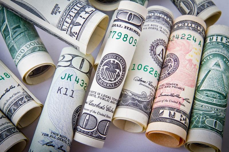 Доллар падает по отношению к большинству валют