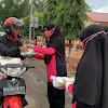 Berkah Ramadhan, Bhayangkari Brimob Bone Bagi Takjil ke Pengguna Jalan