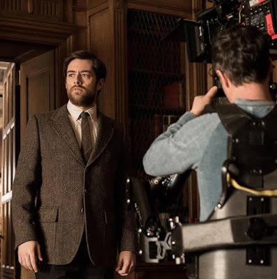 Richard Rankin tras las cámaras de un episodio de Outlander