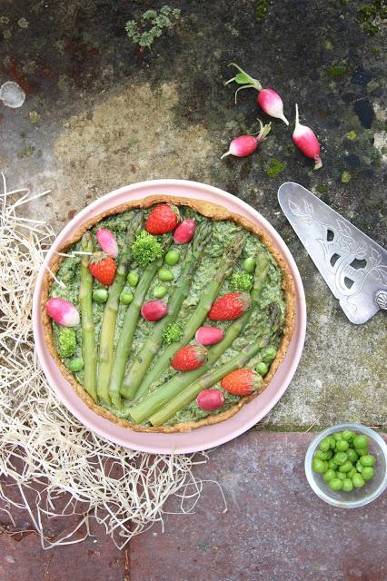 5 recettes avec des asperges : tarte printanière pesto d'herbes, asperges et fraises