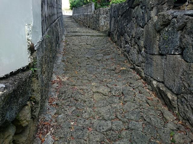 字小禄の神通と呼ばれる石畳の写真