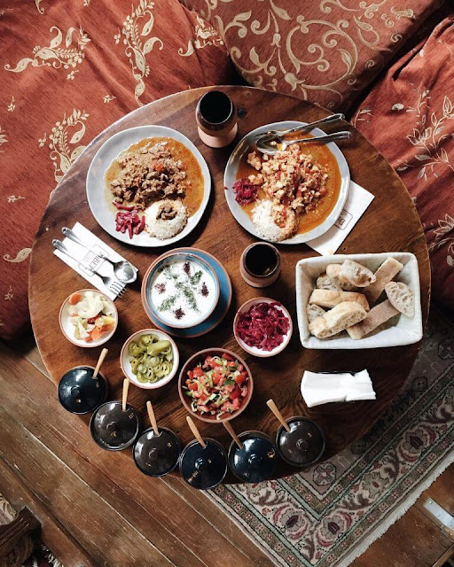 """Đến Thổ Nhĩ Kỳ, bạn không nên bỏ qua những món ăn tuyệt ngon nổi tiếng nơi đây. Những bát súp bí ngô nóng hổi, những lát thịt nướng Kebab thơm lừng tại nhà hàng Sedef, bánh pizza siêu rẻ nhưng ngon cực kỳ ở Firin Express và món ăn truyền thống Dibek sẽ là """"món quà"""" tuyệt vời cho vị giác và dạ dày của bạn sau một ngày dạo chơi mỏi mệt."""