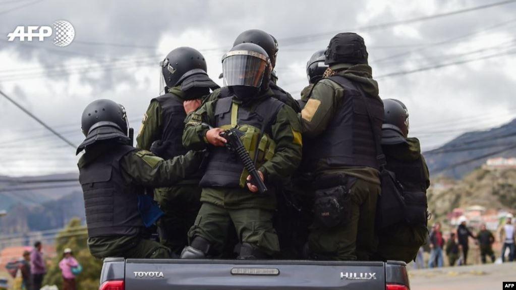 Policías patrullan las calles de Bolivia este 11 de noviembre de 2019 / AFP