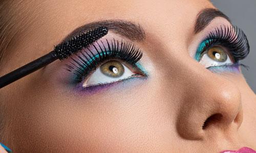 Chica con pestañas muy largas y maquillaje en tonos azules