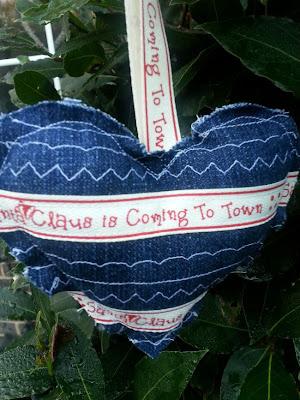 http://cocojude.wordpress.com/2014/11/12/shabby-christmas-denim-heart-tutorial/