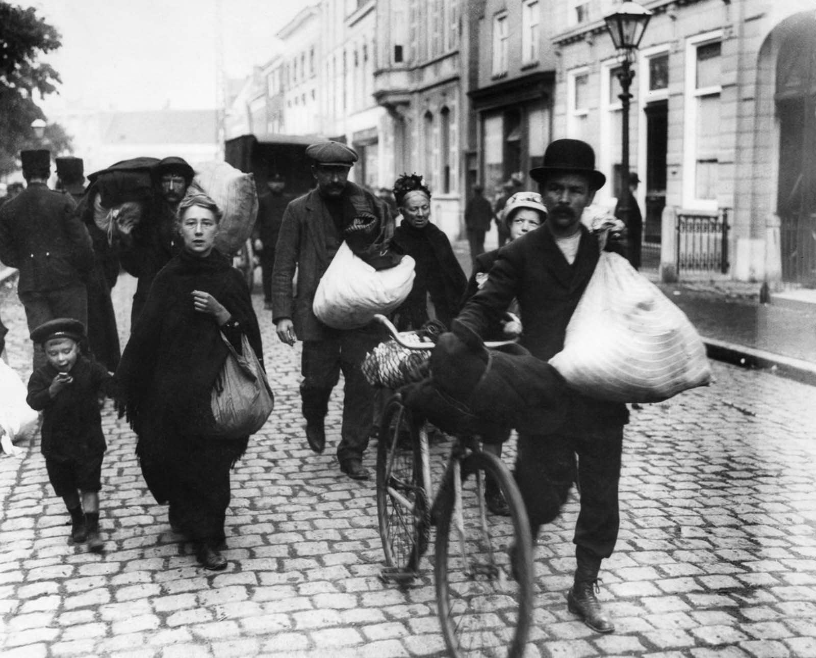 Belgian refugees arrive in the Netherlands. 1914.