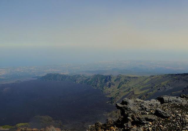 panorama sulla valle del bove  scendendo dall'etna