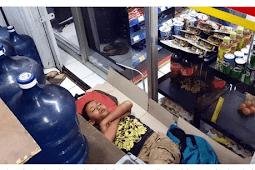 Demi Membeli Obat Ibu, Bocah Ini Berjualan Sampai Tertidur Di Mini Market
