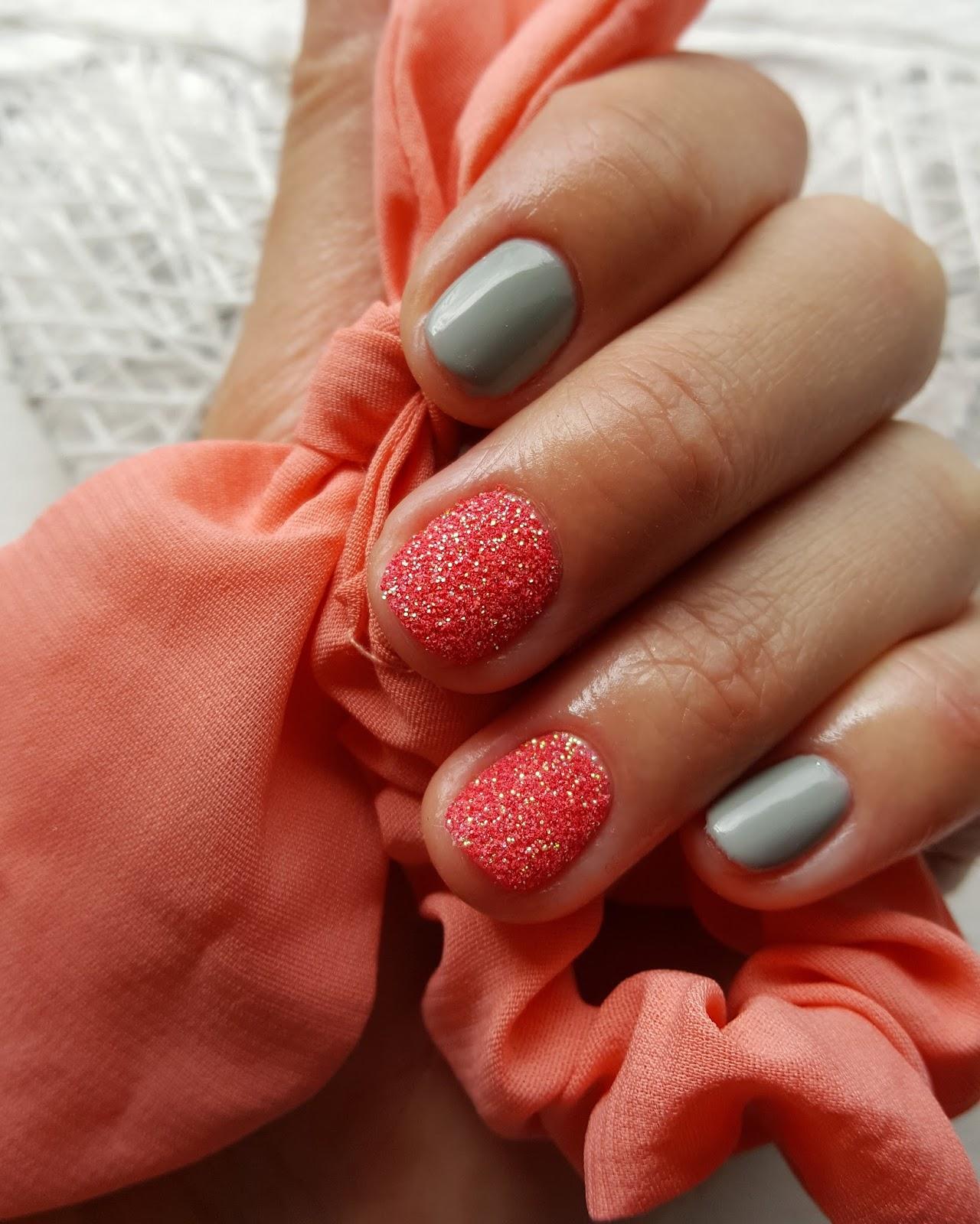 Szary Manicure Z Koralowym Brokatem