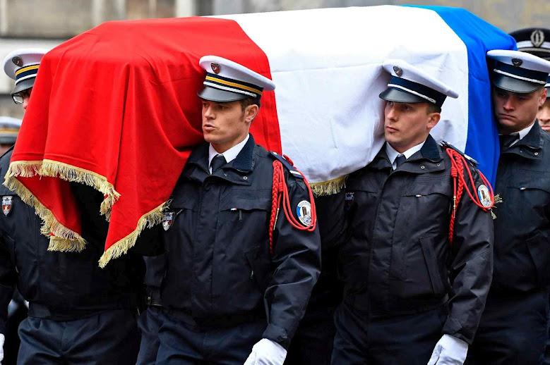 Homenagem a policial morto na centrica avenida Champs Elysées de Paris