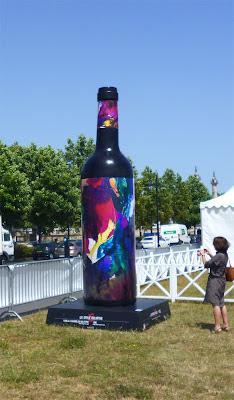 mise en situation de la bouteille de vin dourthe et jean baptiste besançon artiste peintre