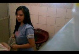 โรคจิตถ้ำมอง ซ่อนกล้องแอบถ่ายสองสาววัยรุ่นเปลี่ยนชุดในห้องน้ำ นักศึกษาหน้าตาสวยโดนจังๆ