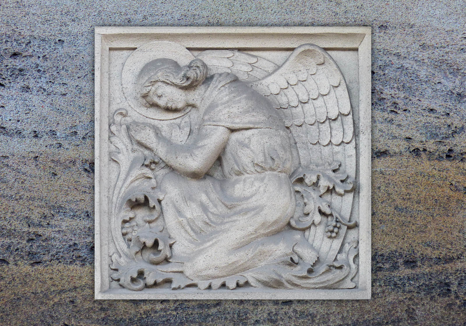 Chapelle du Voeu, Tourcoing - Ange en bas-relief