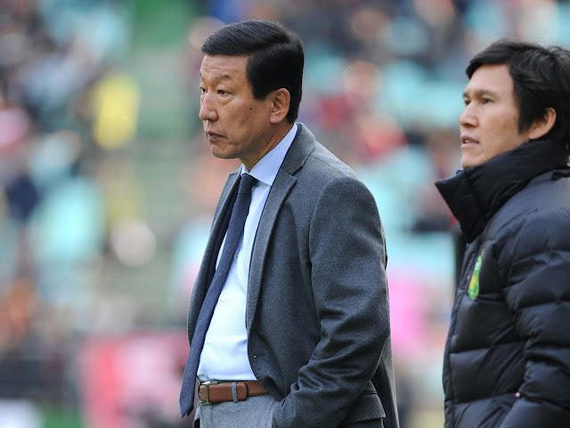 Unsure of his best formation? Choi Kang-hee looks on as his Jeonbuk Hyundai Motors side fail to break down Ulsan Hyundai in their K-League Classic Clash