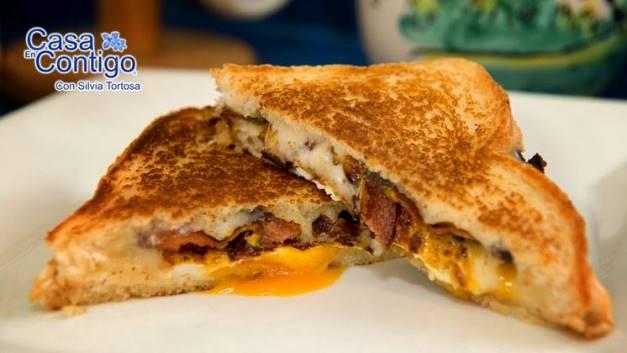 Sándwich de bacon, huevo frito y queso fundido