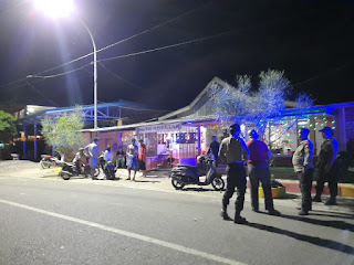 Patroli Malam, Sat Sabhara Polres Enrekang Bubarkan Muda-Mudi yang Nongkrong di Cafe