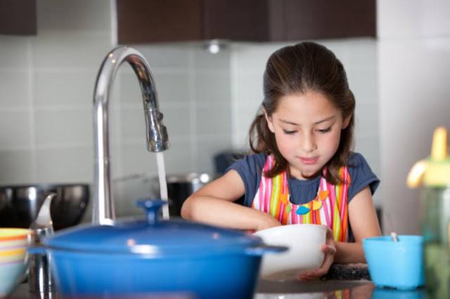 Untuk mengajarkan anak tanggung jawab, beri si kecil kesempatan melakukannya.