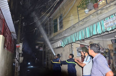 các chiến sĩ PCCC dùng vòi phun chữa cháy dập lửa