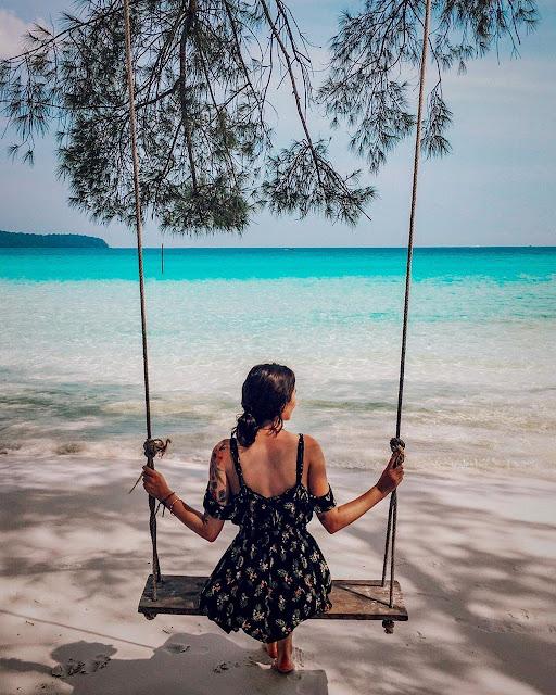 Biển ở khu trung tâm khá hiền hòa. Dù bạn thức dậy từ tờ mờ sáng để đón bình minh hay ngồi ngắm cảnh chiều buông thì nó vẫn luôn ở trạng thái vô cùng yên tĩnh. Bất kỳ lúc nào bạn cũng có thể thả mình vào dòng nước trong xanh. Mặt biển sóng khá lặng và êm đềm tạo một cảm giác thời gian luôn ngừng trôi